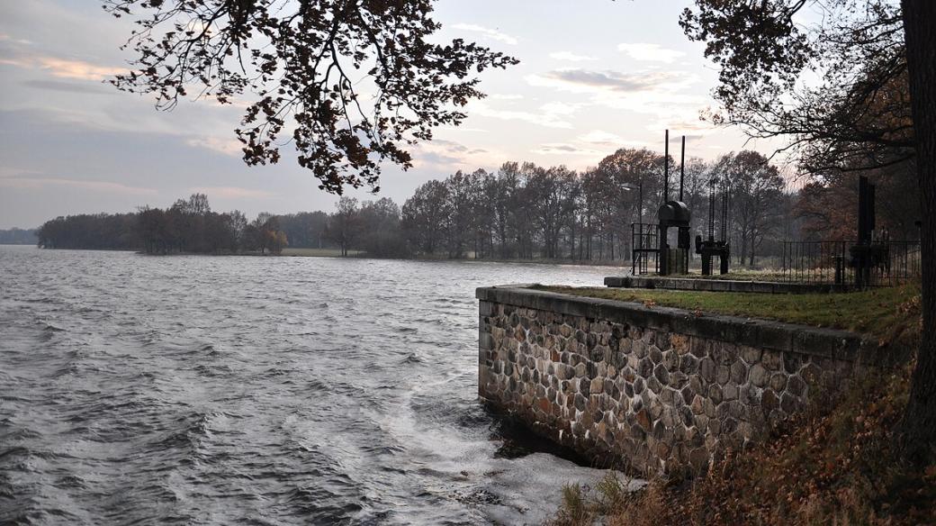 Plocha rybníka Rožmberk činí 500 hektarů