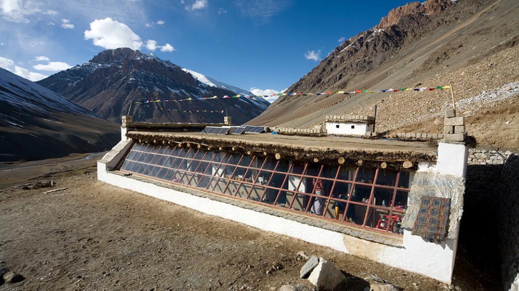 Sluneční škola Jana Tilingera v malé vesnici Kargyak v severní části indické Himaláje