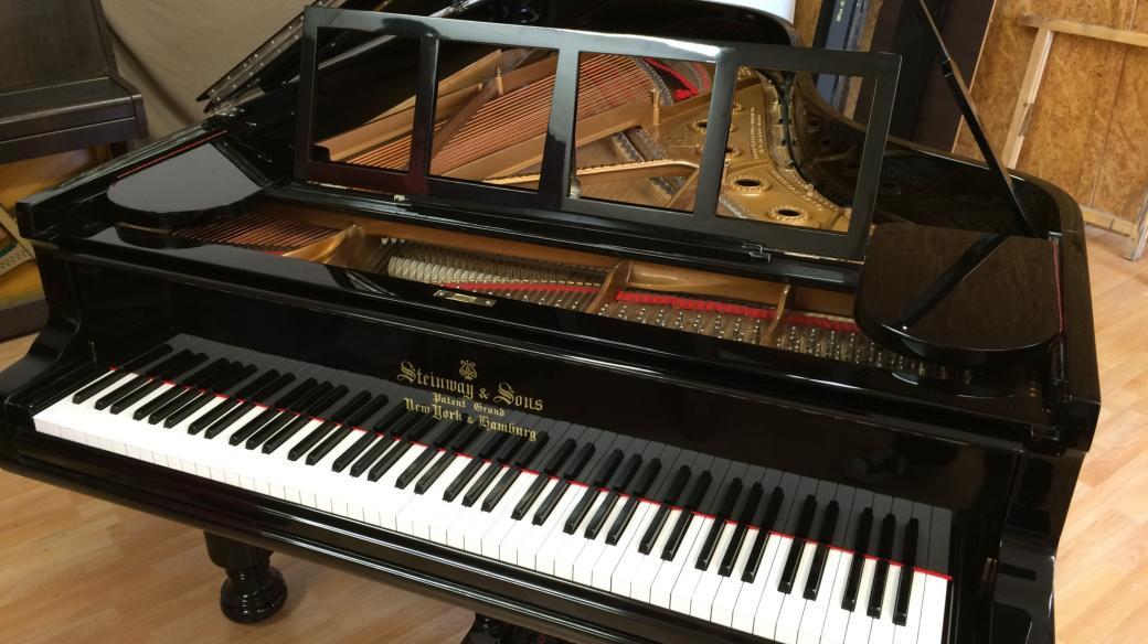 Ježkův zrestaurovaný klavír Steinway je zpět v Mánesu