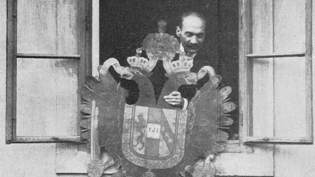 František Miroslav Čapek 28. října 1918 shazuje na dlažbu českobudějovického náměstí rakouského orla z budovy poštovního úřadu