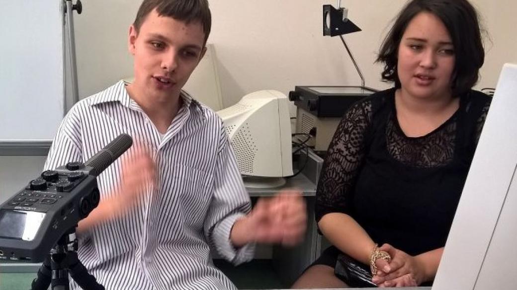 Matěj miluje zpívání ve škole zpívá hlavně o přestávkách