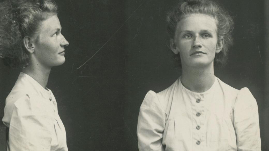 Policejní fotografie Marie Pětrošové; spis Gestapo Brno čj. 3134-2018; B 340, sign. 100-121-26, kart. č. 121, fol. 01)