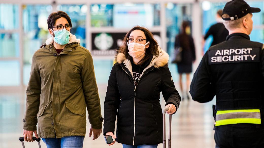 Koronavirus, letiště Václava Havla, nákaza, respirační onemocnění, roušky, cestující, přílet