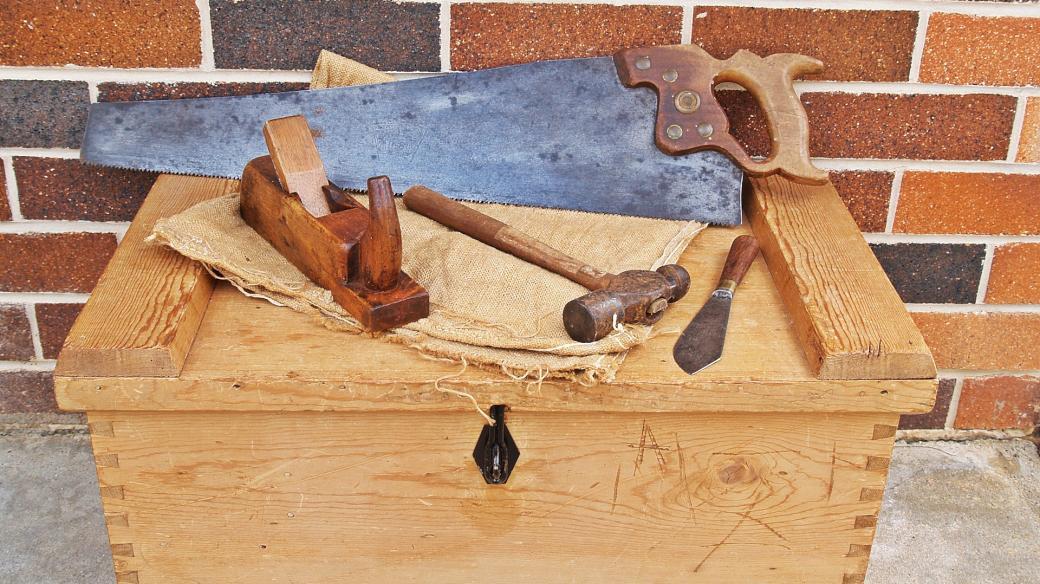 pila, kladivo, tesařské nářadí, box
