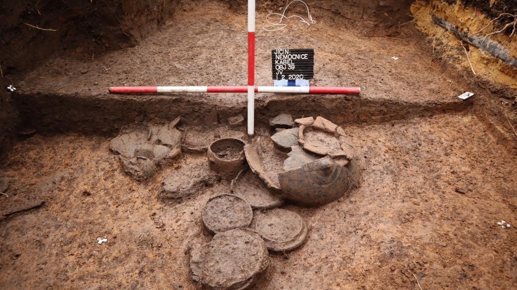 Archeologové z Regionálního muzea v Jičíně našli pohřebiště z doby popelnicových polí
