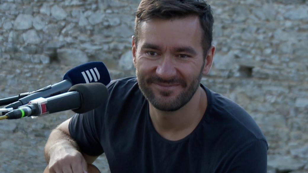 Marek Ztracený během živého koncertu z hradu Kašperk