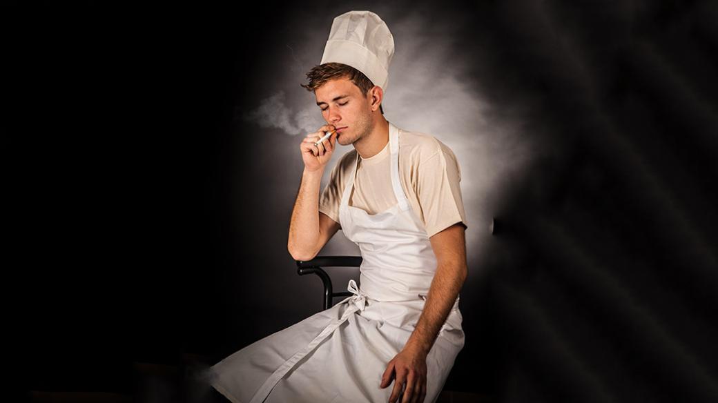 Vydeptaný kuchař s cigaretou