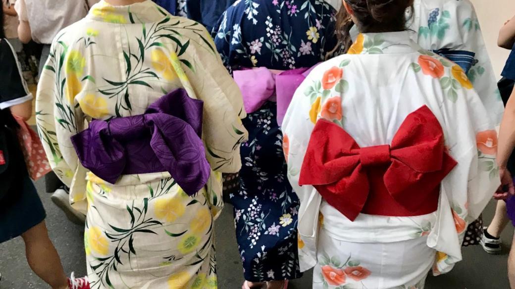 """Jukata je bavlněná verze kimona. """"Jukata už dnes není tak běžná věc. A když si ji člověk obleče, cítí se krásně a jako správná Japonka,"""" říká dvacetiletá Kanako"""