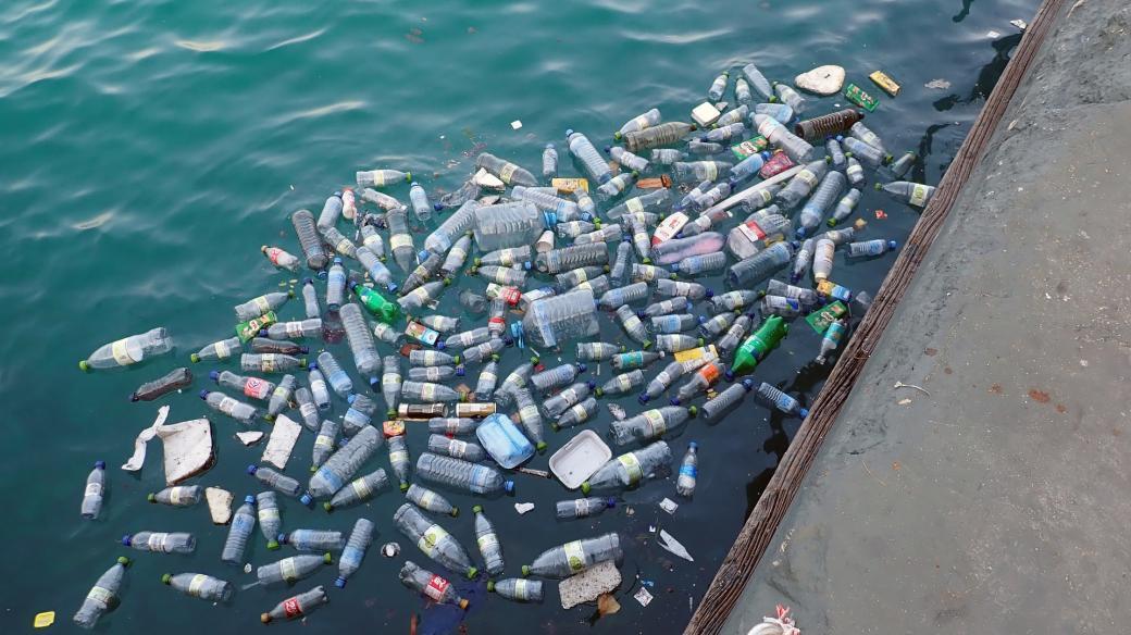 Plast, moře, břeh, kontaminace vody, znečištění