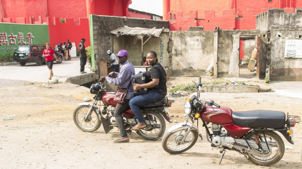 Mototaxíky zachraňovaly kolabující dopravu v centru nigerijského Lagosu. Vláda teď jejich provoz zakázala