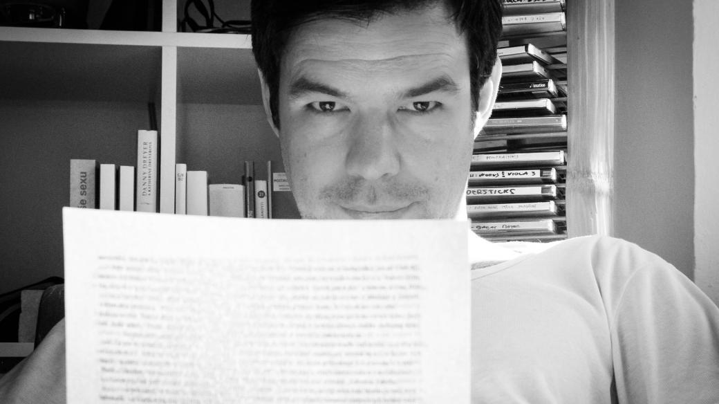 Jan Němec čtoucí