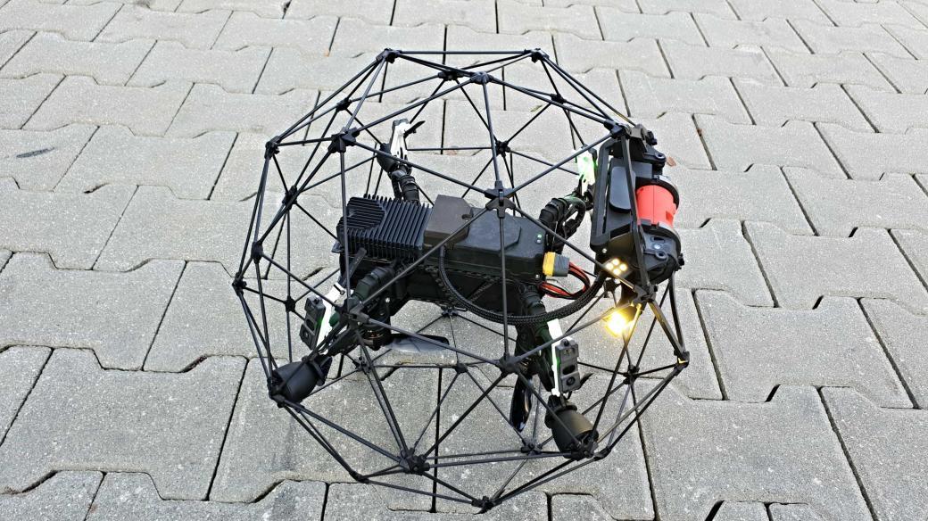 Plzeňské drony, tedy malé bezpilotní letouny, jsou nově součástí integrovaného záchranného systému. Drony s kamerami a další moderní technikou hasičům už několik let pomáhají například při monitorování požárů