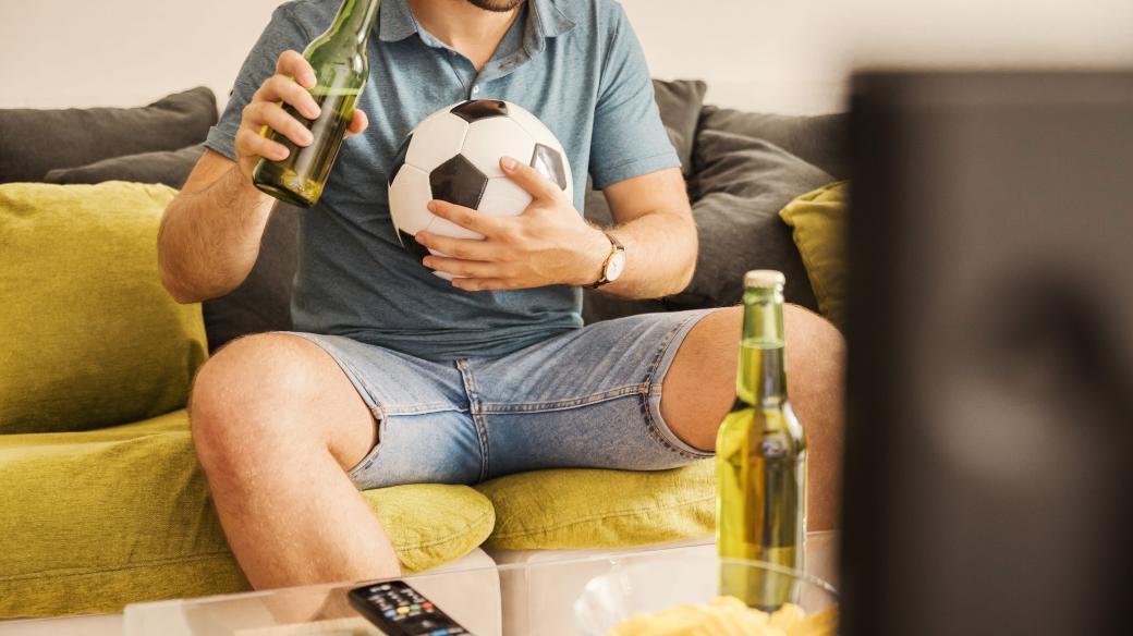 Sledování fotbalu, fanoušek, televize