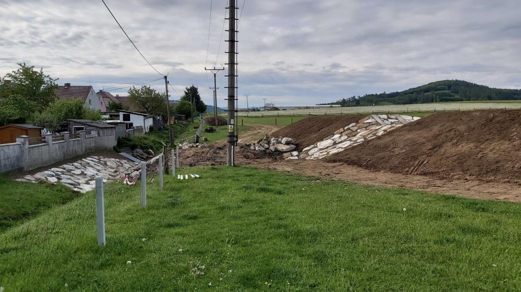 V Lubech u Klatov vybudovali suchý poldr. Je součástí protipovodňových opatření, která by měla zadržovat vodu stékající při deštích přímo z polí a vyplavující místní domy