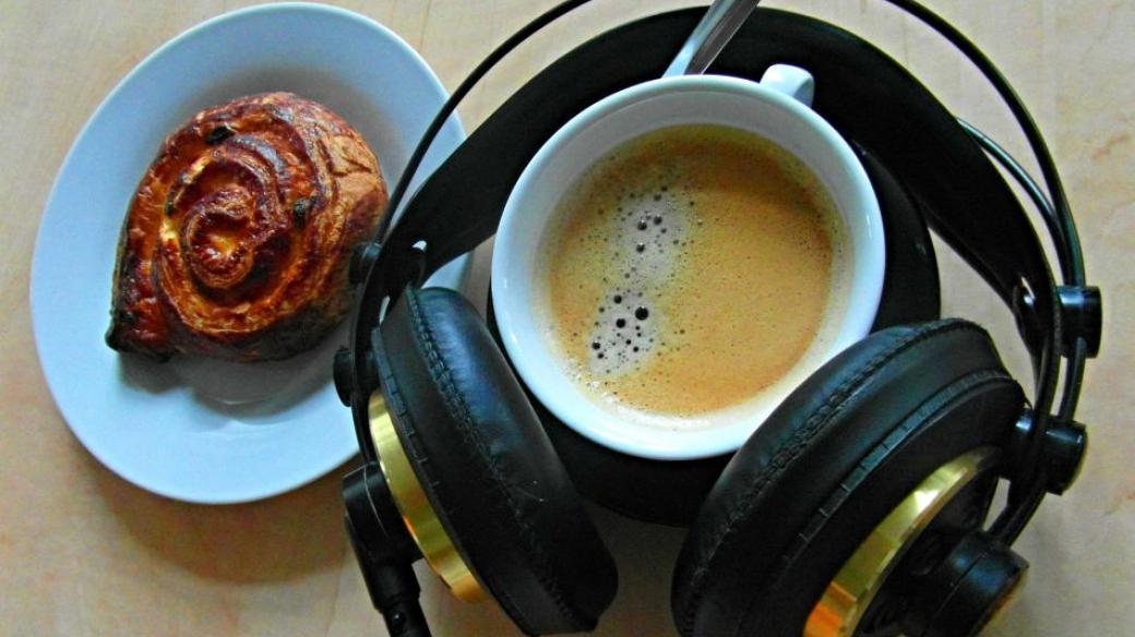 Káva a rozhlasová sluchátka