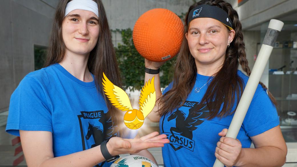 Anežka Chodounská (vlevo) a kapitánka famfrpálového týmu Prague Pegasus Nikki Severin