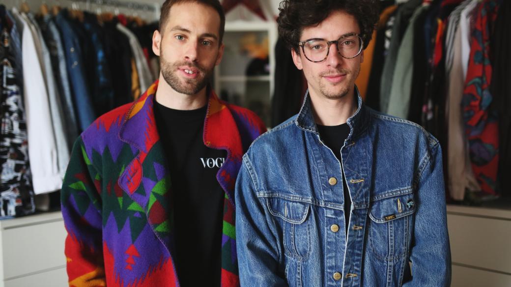 """""""Jsem někde pryč a najednou vidím na Instagramu Petra v mojí džísce. Většina mých věcí je oversize, takže Petr je ve výhodě, i když má větší velikost."""" Šatníky: Petr Vančura a Jan Cina"""