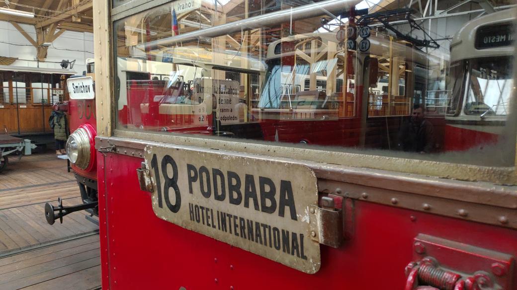 Konvoj z muzejní sbírky dá dohromady kilometr délky. Vozy jsou kulturní památkou. Vyjíždí vždy jednou za deset let u příležitosti výročí vzniku městské hromadné dopravy v Praze. Příští přehlídka historických vozidel čeká zájemce v roce 2025