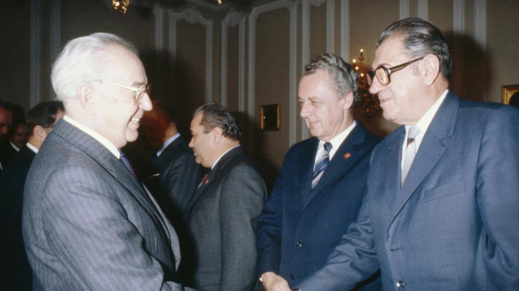 Prezident Gustáv Husák zdraví s předsedou Slovenské národní rady Viliamem Šalgovičem, rok 1982