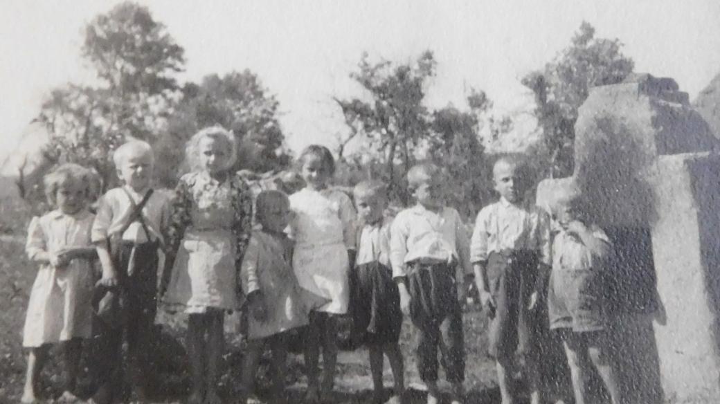 Děti v Údolí smrti u Dukelského průsmyku v roce 1946