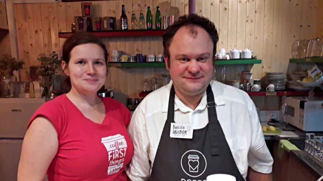 Manažerka projektu Lucie Gurecká a barista Dalibor