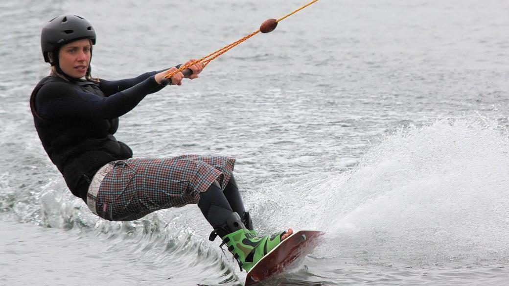 Wakeboarding na první pohled nejvíc připomíná snowboarding, ale je prý jednodušší a tolik nebolí (ilustrační snímek)