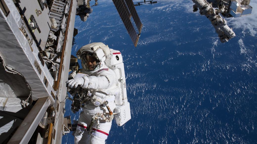SpaceX Crew Dragon Sojuz MS-09