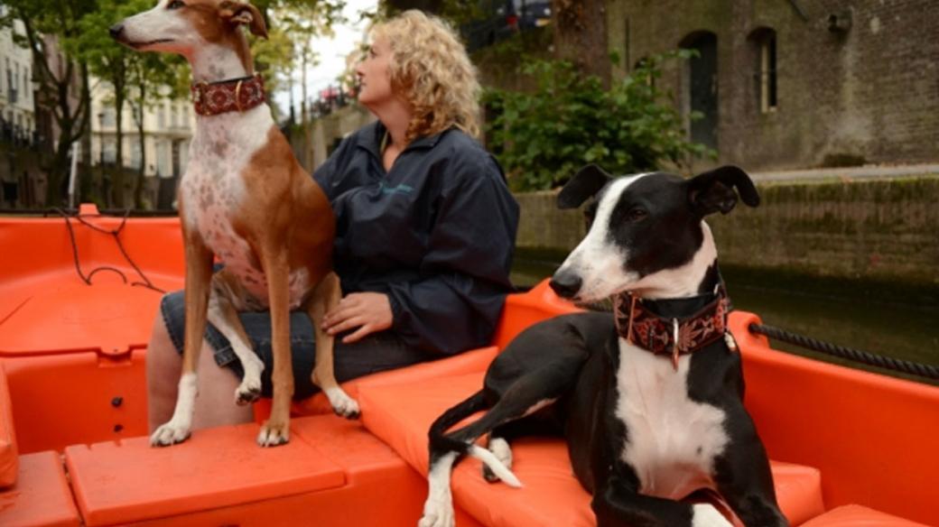 Chrti Jenny a Vicky se svou zachránkyní paní Janou Hrubou