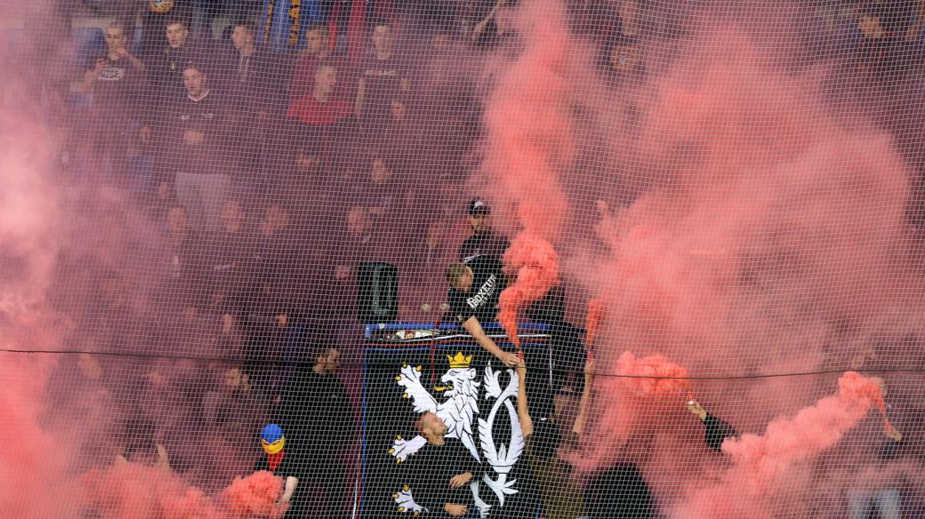 Nikdo ze čtveřice hráčů tmavé pleti v dresu pražské Sparty se nezúčastnil posledních dvou závěrečných děkovaček s diváky kvůli naladění některých částí stadionu a tribun (fanoušci Sparty v zápase nadstavby první fotbalové ligy s Libercem)