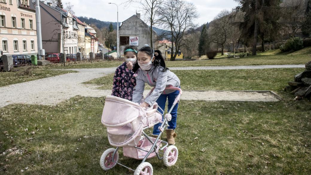 Děti místo chození do školy tráví čas venku v parku.