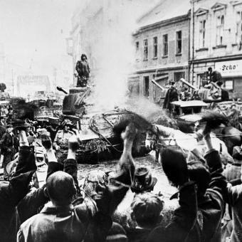 1. března – 5. května 1945, obyvatelé Ostravy vítají sovětské vojáky