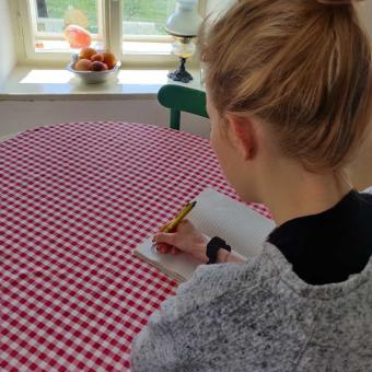 Kristýna při zapisování deníku ve stavu nouze