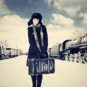 Mladá žena na vlakovém nádraží, retro (ilustrační foto)