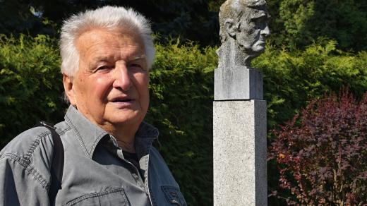 Karel Hudec s náhrobkem Jana Skácela