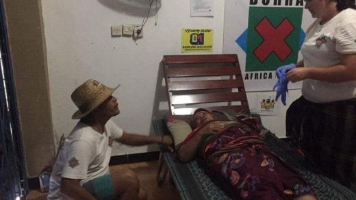 Ordinace v garáži – místní koordinátor Edy a záchranářka Jarka Krenčíková ošetřují pacientku