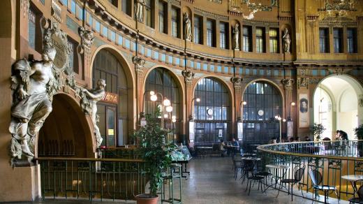 Secesní Fantova kavárna na pražském Hlavním (Wilsonově) nádraží.