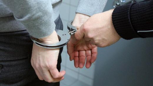 Policista nasazuje pouta (ilustrační foto)