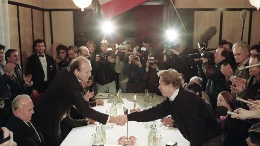 Václav Havel a Marián Čalfa, setkání delegace ÚV NF ČSSR a vlády ČSSR vedené předsedou vlády Ladislavem Adamcem (vlevo) s představiteli Občanského fóra, 26. listopadu 1989