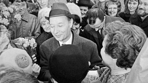 Ve středu 27.listopadu 1968 v ranních hodinách se shromáždili obyvatelé Prahy i mimopražští, aby pozdravili prvního tajemníka ÚV KSĆ Alexandra Dubčeka a blahopřáli mu k narozeninám