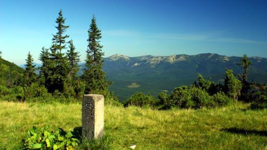 """Opuštěný československý hraniční kámen """"kdesi"""" na hřebenech Gorgan, nejdivočejších hor na Podkarpatské Rusi. Na jeho osudu je dobře vidět turbulentnost 20. století, která tuhle malou, ale krásnou zemi pod Karpaty, doslova semlela"""