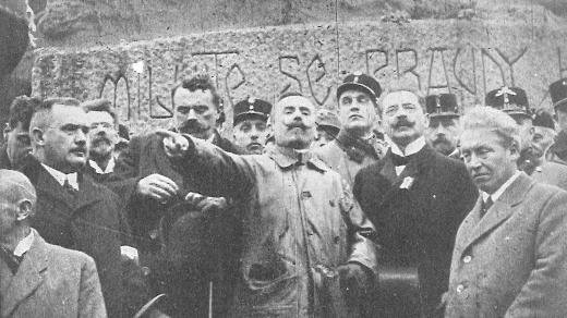Josef Scheiner hovoří k davu na manifestaci v průběhu revoluce v říjnu 1918 v Praze. Fotografie z knihy Jaroslava Rošického Rakouský orel padá (1933)