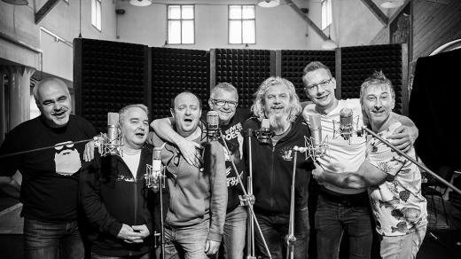 Album Třecí plochy je hotové. Zleva Jaromír Mikel, Martin Knor, Jiří Tibitanzl, Petr Fiala, Milan Cimfe, Marcel Gabriel a Petr Nekuža.